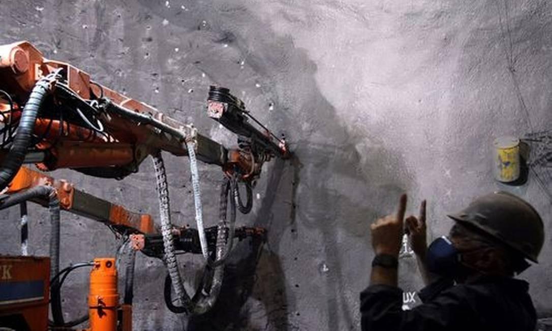 Máquina perfura uma rocha na Barra da Tijuca, trecho já licenciado da Linha 4 do metrô: obras só devem estar concluídas em 2015 Foto: Ana Branco / O Globo