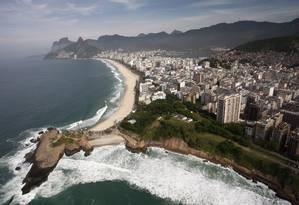 O patrimônio natural do Rio de Janeiro e os problemas sociais e econômicos da cidade são bom exemplo do desafio global Foto: Custódio Coimbra / 24-02-2012 / O Globo