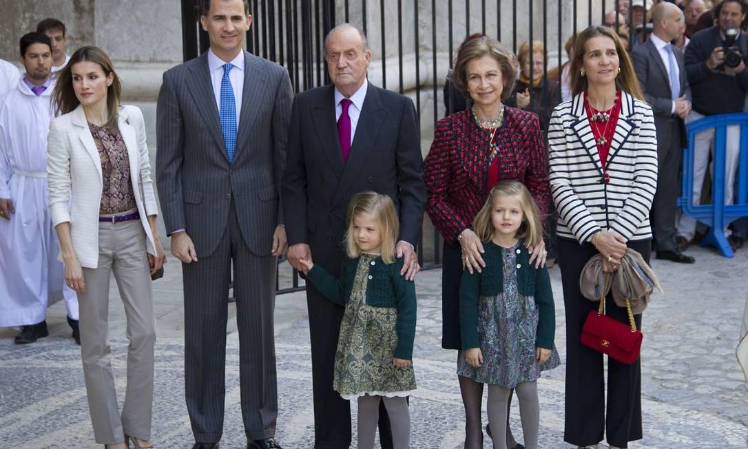 Família real espanhola posa em Palma de Mallorca: isenção causa desconforto em meio a escândalo de corrupção Foto: AFP