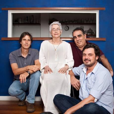 Suzana de Moraes, que supervisiona o projeto sobre a obra do pai, com Walter Salles, Sérgio Machado e Fabiano Gullane: filme previsto para 2014 Foto: Paula Giolito