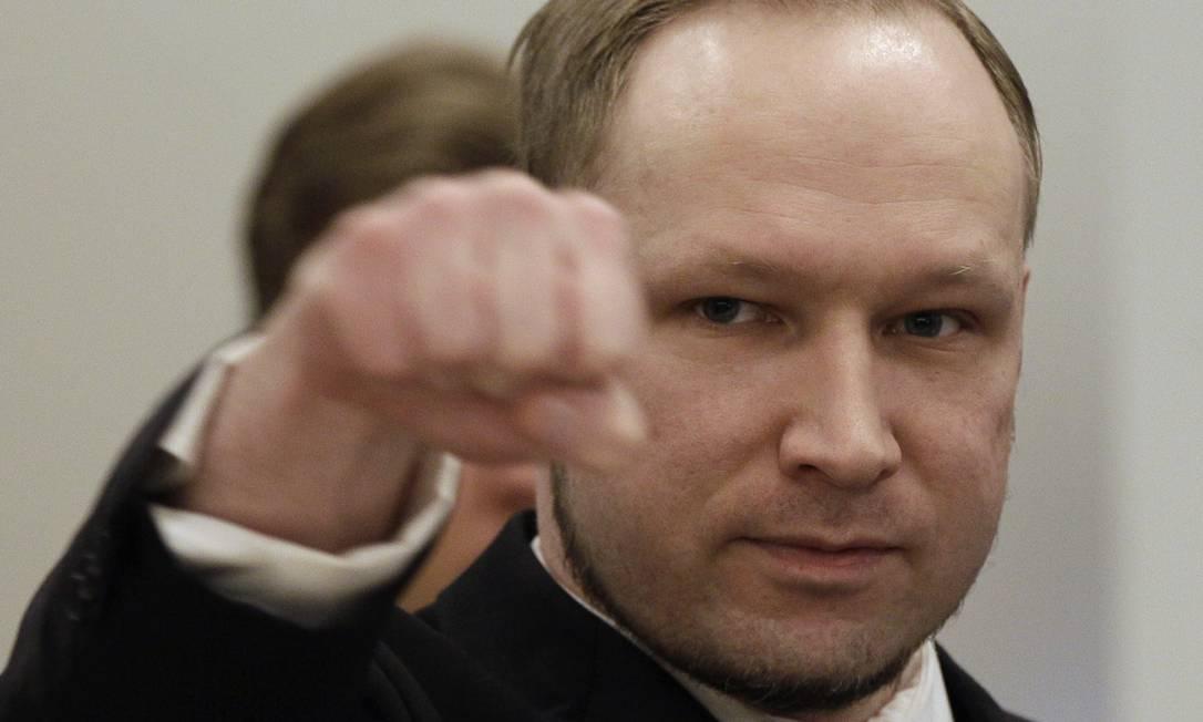 O norueguês Anders Behring Breivik levanta o braço no que chamou de saudação da direita ao chegar ao tribunal em Oslo Foto: AFP