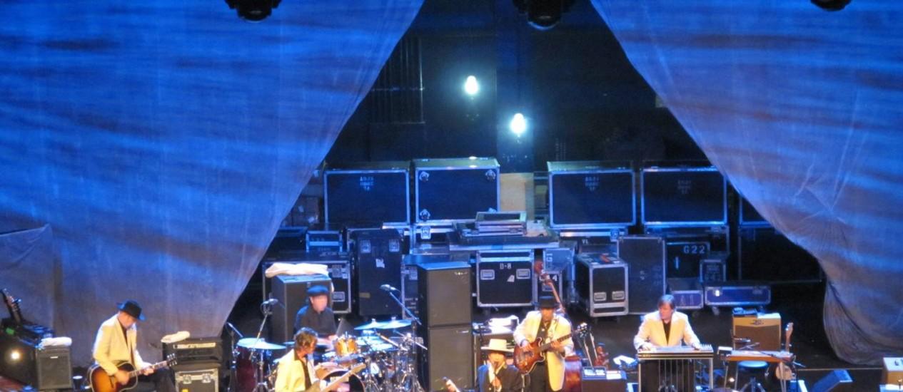 Bob Dylan com sua banda durante show no Rio de Janeiro, neste domingo Foto: O Globo