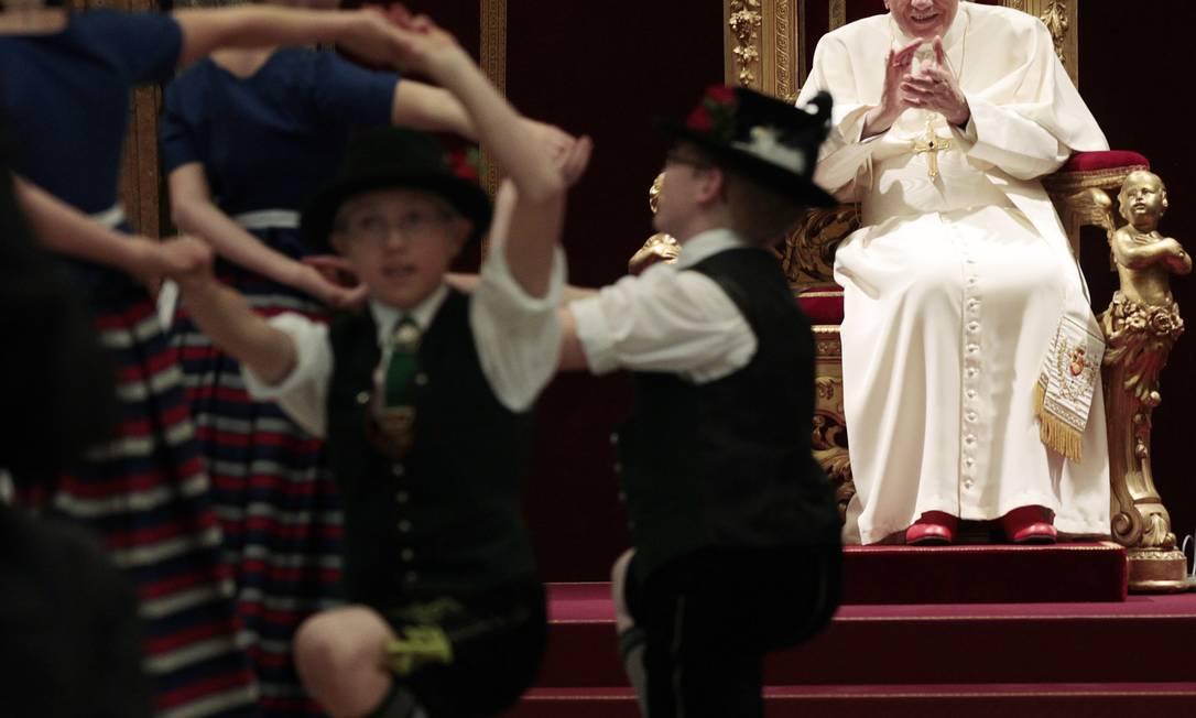Crianças vestidas com roupas tradicionais da Baviera alemã dançam para Bento XVI no Vaticano Foto: GREGORIO BORGIA / AFP