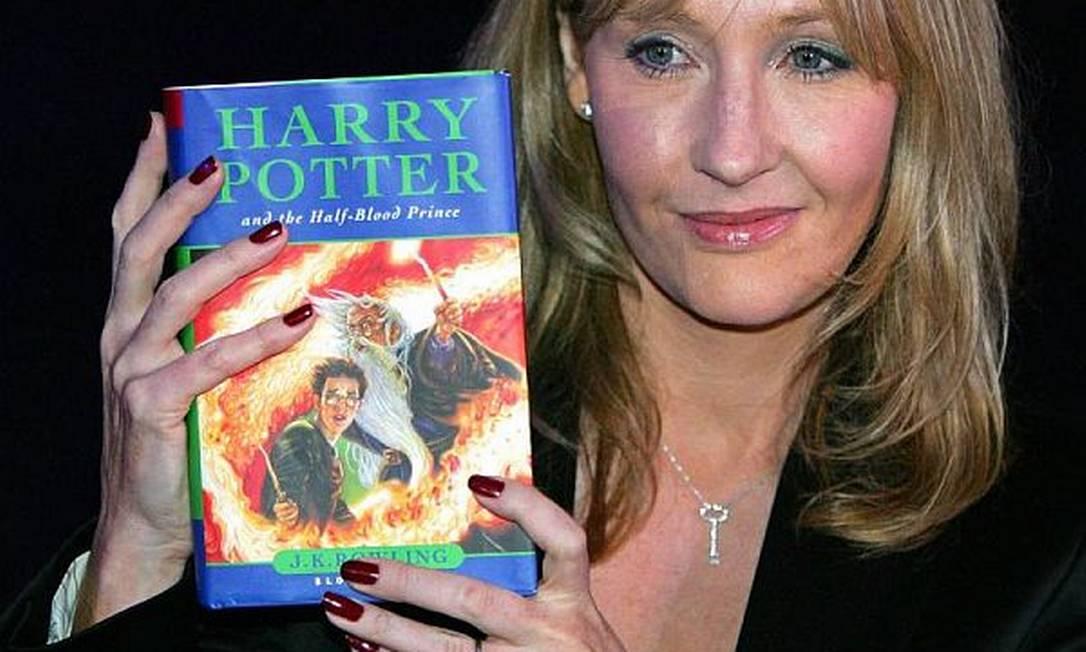 J.K. Rowling com um dos livros da série 'Harry Potter' Foto: Reuters