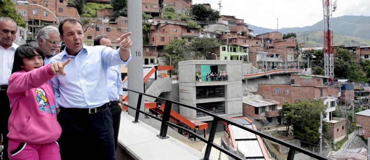 Na Colômbia, o governador Sérgio Cabral no passeio pelas escadas rolantes públicas Foto: Marino Azevedo / Divulgação