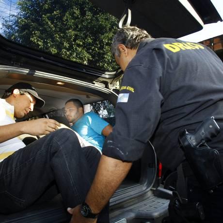 Policia prende o PM Vandro Lopes Gonçalves, acusado três vezes pelo Grupo de Atuação Especial de Combate ao Crime Organizado (GAECO) do Ministério Público do Rio Foto: Fernando Quevedo / O Globo