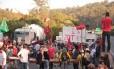 Cerca de 200 manifestantes paralisaram o trânsito na Rodovia Anhanguera, em São Paulo