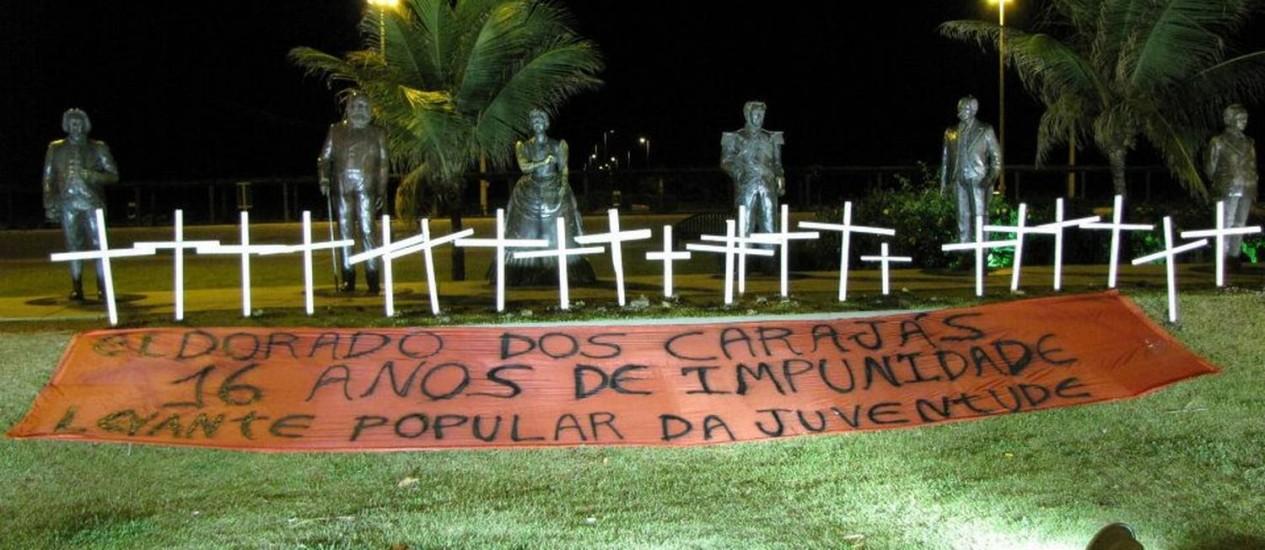As 21 cruzes representam os 19 sem-terra mortos no massacre de Eldora dos Carajás e outros duas pessoas mortas logo depois, também no Pará Foto: Levante Popular da Juventude / Divulgação