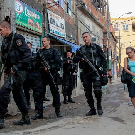 Início da ocupação da Polícia Militar no Alemão, em substituição ao Exército Foto: Pedro Kirilos / O Globo
