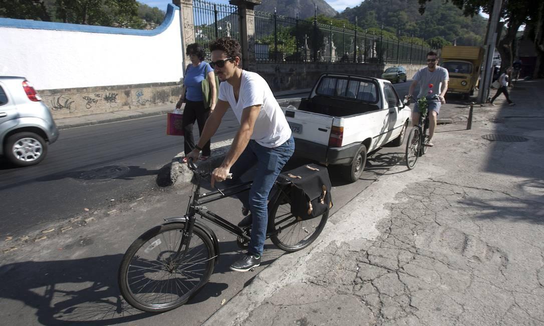 Marcio Regaleira (à frente) e Tiago Leitman em Botafogo: carros são estacionados na ciclovia Foto: Rafael Andrade