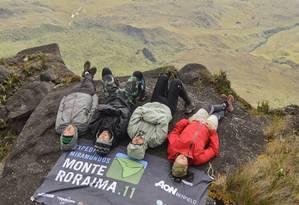Equipe Miramundos descansando na beira do Monte Roraima Foto: Roberto Vámos / Divulgação