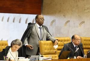 O ministro Joaquim Barbosa, entre Cármem Lúcia e Gilmar Mendes, na sessão do STF que aprovou a liberação do aborto em caso de feto com anencefalia Foto: Ailton de Freitas