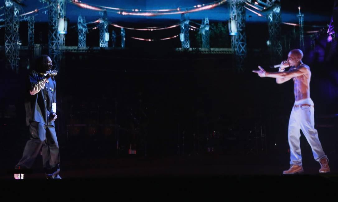 """Snoop Dogg interage com o holograma do """"rapper"""" Tupac Shakur no festival: programação se repete neste fim de semana Foto: Divulgação"""