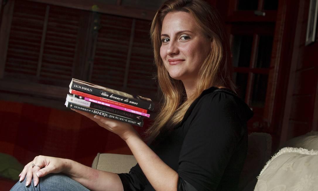 A ESCRITORA Lycia Barros posa com seus cinco livros publicados Foto: Rafael Andrade
