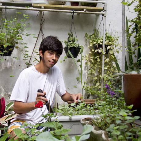 Tomé de Lima tem um minhocário e uma horta na varanda de casa, no Jardim Botânico Foto: Simone Marinho / O Globo