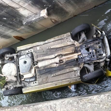 Táxi cai em canal em Vila Isabel, Zona Norte do Rio Foto: Leitor Daniel Fernandes / Eu-Repórter