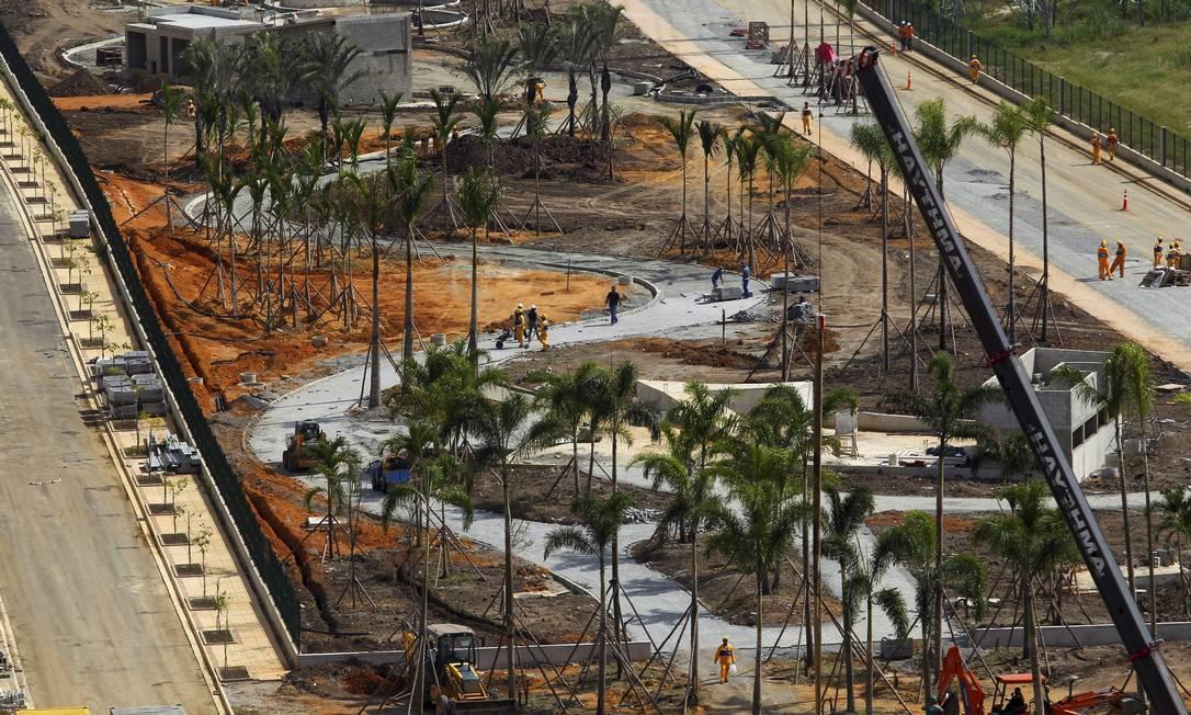 Obras no Parque Madureira em fase final: foram plantadas palmeiras, e a inauguração da terceira maior área verde do Rio, com 103 mil metros quadrados, está prevista para junho Foto: Custódio Coimbra / O Globo