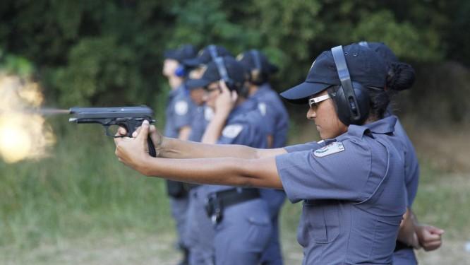 Treinamento de tiro no Cefap, tipo de instrução em que as mulheres têm se destacado: até o fim do ano, os recrutas da PM terão feito cerca de 840 mil disparos Foto: Marcelo Carnaval / O Globo