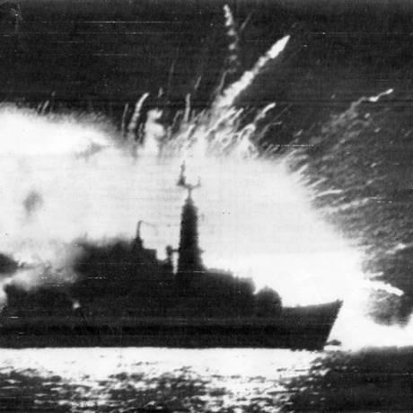 Litígio entre Argentina e Inglaterra nas ilhas Malvinas —Explosão da fragata inglesa