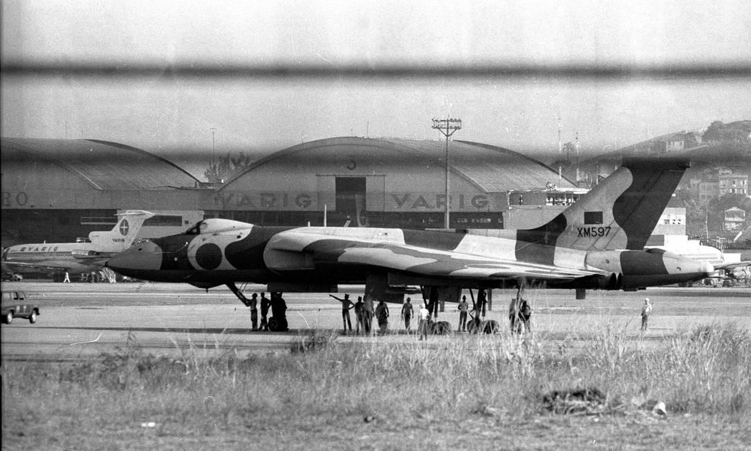 Avião Vulcan interceptado por dois caças brasileiros em espaço brasileiro Foto: Arquivo O Globo / Eurico Dantas