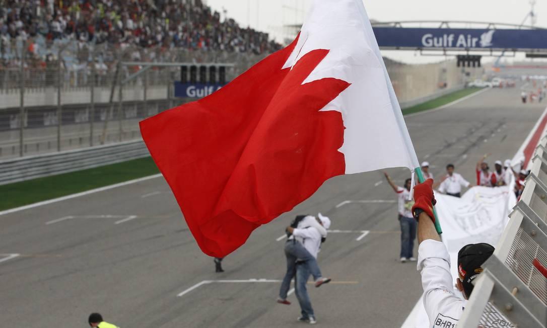 Comissários da prova comemoram o sucesso do GP do Bahrein, após uma semana marcada por tensão em relação à segurança no país Luca Bruno / AP