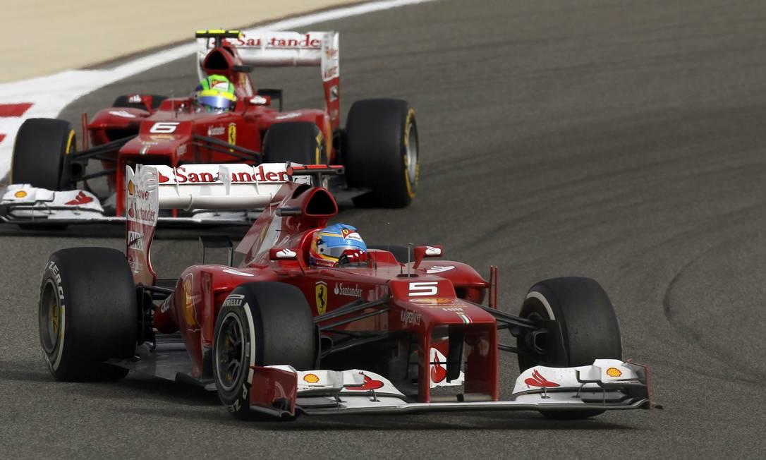Felipe Massa chegou a encostar em Fernando Alonso durante a prova, mas não houve ordem da Ferrari para ultrapassagem. Brasileiro terminou em nono, duas posições atrás do espanhol STEVE CRISP / REUTERS