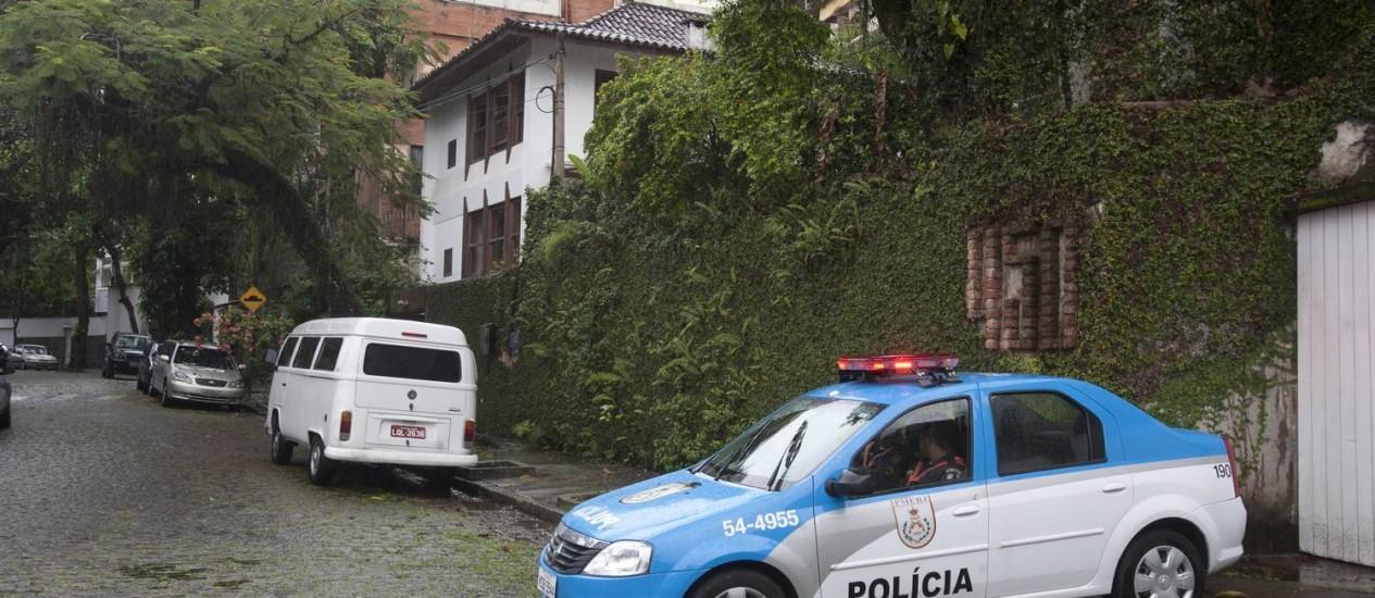 Uma viatura da polícia é vista na Rua Girondino Esteves, no Jardim Botânico, Zona Sul do Rio, onde uma casa foi assaltada na noite passada Foto: Rafael Andrade / O Globo