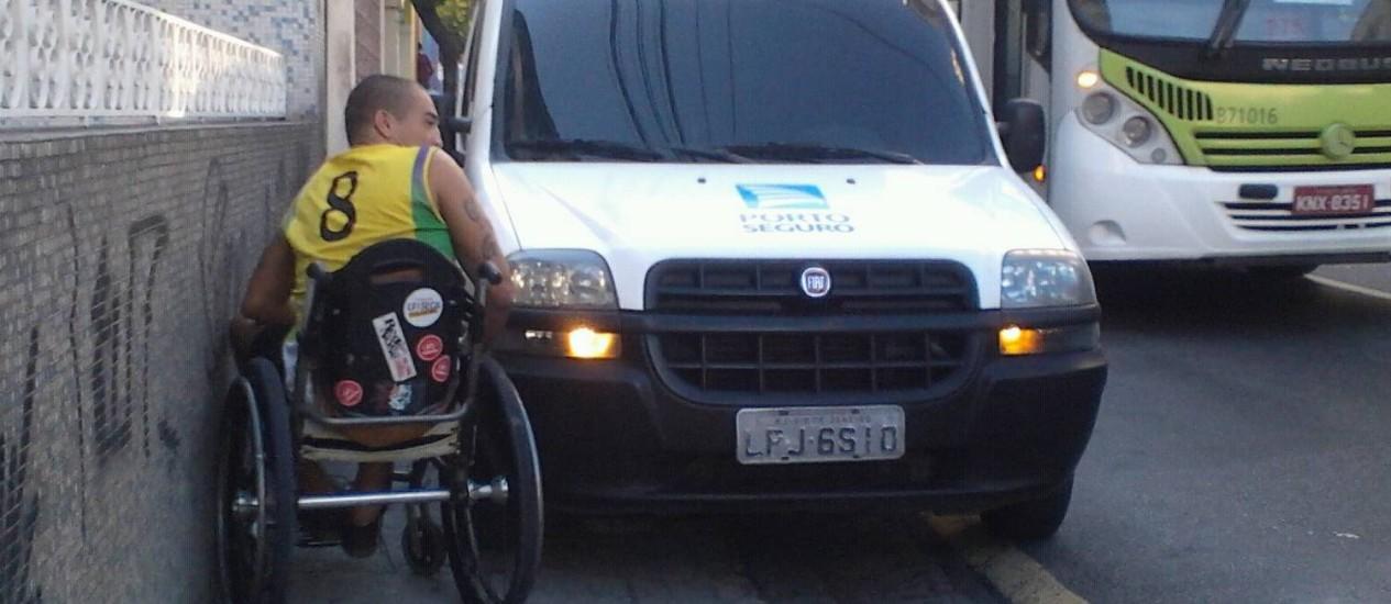 Resultado de imagem para carros nas calçadas impedem cadeirantes