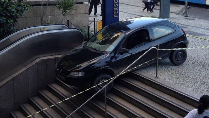 Motorista se atrapalha e 'desce' escada com carro no edifício Argentina, na Praia de Botafogo Foto: Foto do leitor Carlos Santiago Neto / Eu-Repórter