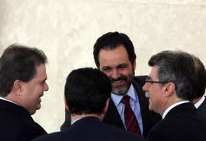 O governador do DF, Agnelo Queiroz, em conversa com senadores durante anúncio de investimentos do PAC Foto: O Globo / Gustavo Miranda