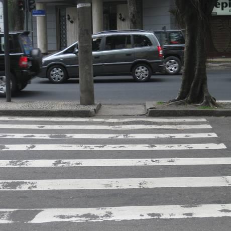 Parte da avenida com asfalto novo não tem faixa de pedestre; na outra, pavimentação é antiga Foto: Foto da leitora Adriana Schelinga / Eu-Repórter
