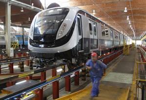 O novo trem do metrô no centro de manutenção da empresa: primeiro de um total de 19 comprados pela Metrô Rio Foto: Marcelo Carnaval / O Globo