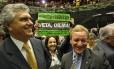 Os deputados Ronaldo Caiado e Valdir Colatto, da bancada ruralista, comemoram a aprovação do relatório do deputado Paulo Piau, enquanto a deputada Rosane Ferreira (PV), protesta em meio a ambos