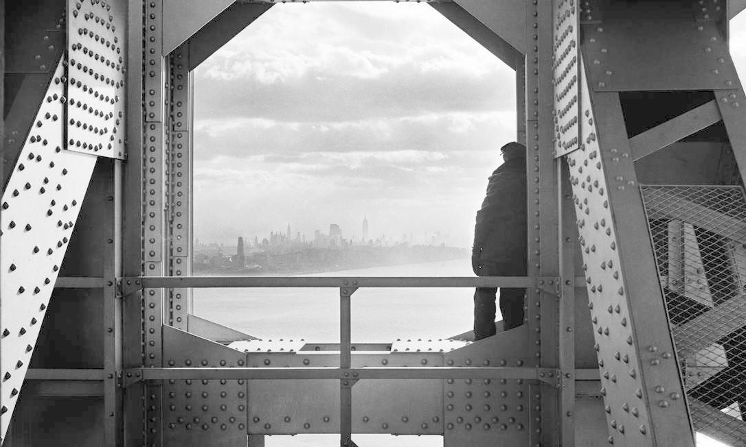 Homem olha para o Rio Hudson a partir da ponte George Washington Foto: Arquivo Municipal de Nova York/AP - 22/12/1936