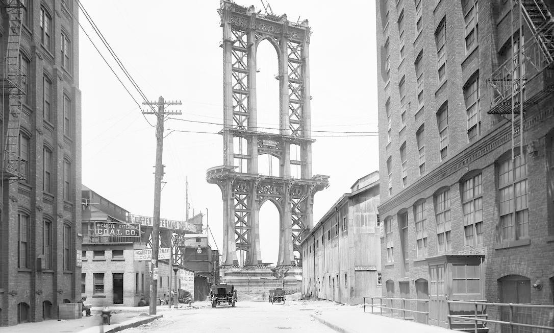 Estrutura da ponte de Manhattan vista a partir da rua Washington, em foto de 1908 Foto: Arquivo Municipal de Nova York/AP - 5/06/1908