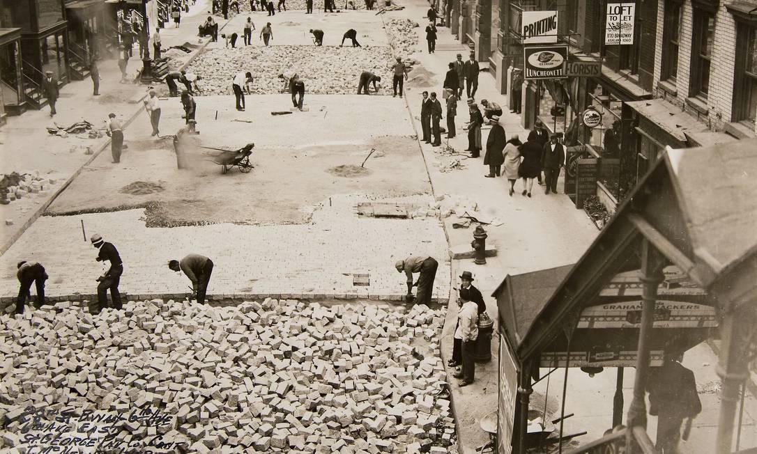 Construção de pista na 28ª rua, em foto de 1930 Foto: Arquivo Municipal de Nova York/AP - 2/10/1930