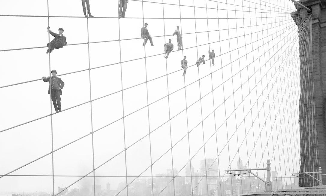 Pintores suspensos nos tensores da ponte do Brooklin em 7 de outubro de 1914, retratados por Eugene de Salignac, um funcionário da prefeitura Foto: Arquivo Municipal de Nova York - 7/10/1914