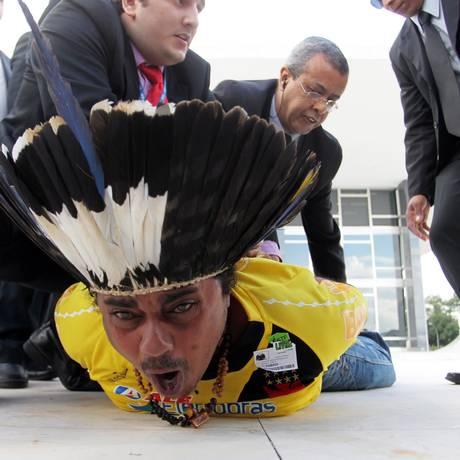 Indio Guarani Araju Sapeti e expulso pela segurançaa do STF após protestar dentro do Plenário durante votação sobre o sistema de cotas raciais para o acesso à universidade brasileira Foto: Gustavo Miranda/Agencia O globo