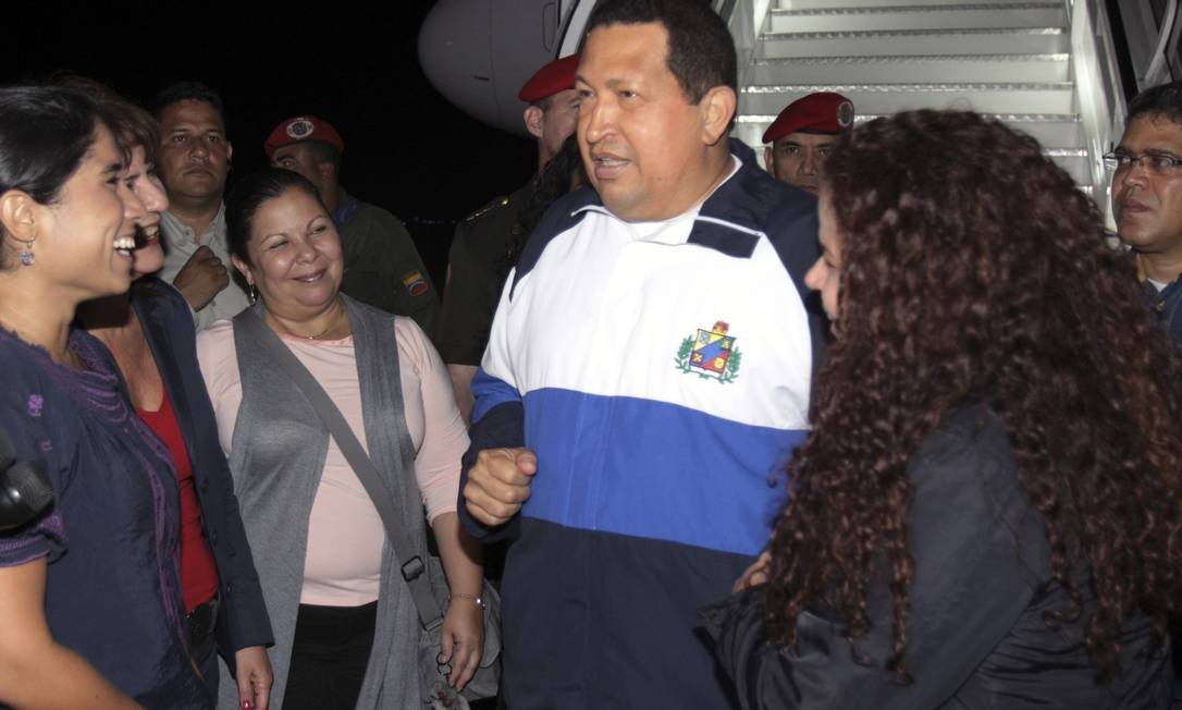 Chávez fala com reprsentantes de seu gabinete ao chegar a Caracas na madrugada do dia 26 de abril Foto: Palácio de Miraflores/Divulgação/Reuters - 26/04/2012