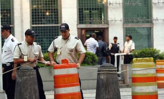 Segurança é reforçada no entorno do Consulado Americano, no Centro do Rio, para a chegada do menino Sean Goldman Fernando Quevedo / O Globo