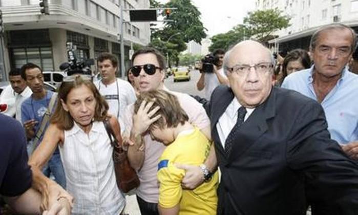 O menino, acompanhado pelo padrasto e avós maternos, quando chegava ao consulado americano, no Centro do Rio, em dezembro de 2009 André Coelho / O Globo