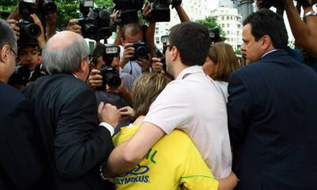 Vestindo uma camisa com a bandeira do Brasil e chorando, Sean deixou o país em dezembro de 2009 Cezar Loureiro / O Globo