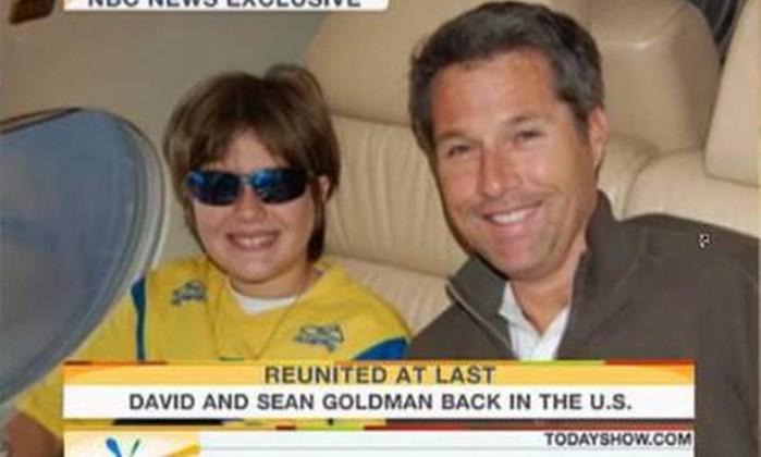 Sean com o pai no avião de volta aos Estados Unidos Reprodução / Internet