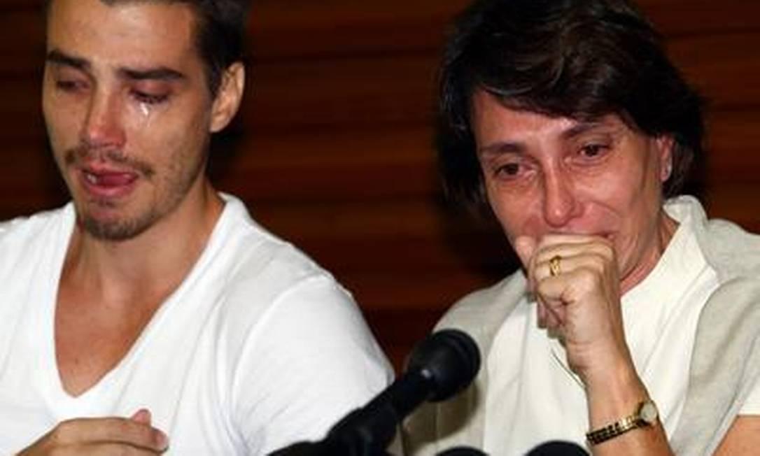 Silvana Bianchi, avó materna de Sean, acompanhada pelo filho Luca, durante entrevista coletiva um dia após a partida do menino para os EUA Camilla Maia / O Globo