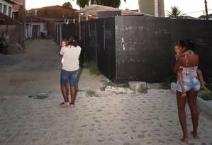 Moradores do Alto da Bondade, em Pernambuco, tiveram de deixar suas casas pois a caixa d'água feita pela Delta ameaça desabar Foto: Hans von Manteufell / O Globo