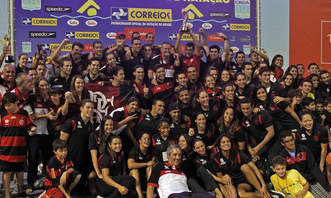 Nadadores do Flamengo comemoram o título do Maria Lenk Foto: Satiro Sodré / AGIF