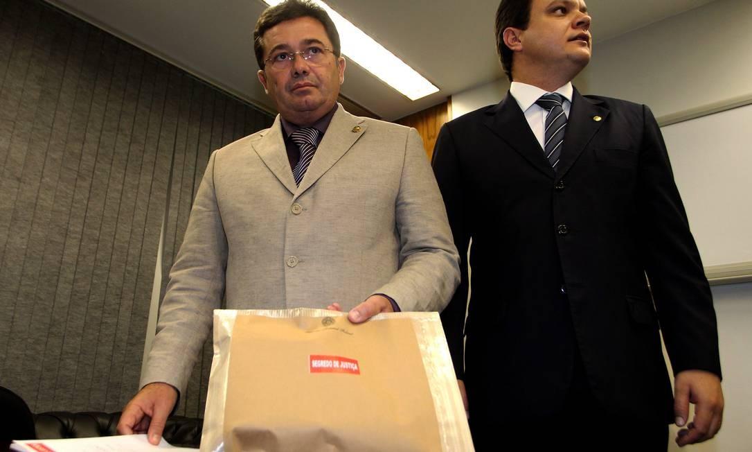 O presidente e o relator da CPI do Cachoeira recebem relatório das investigações da Polícia Federal Foto: O Globo / Ailton de Freitas