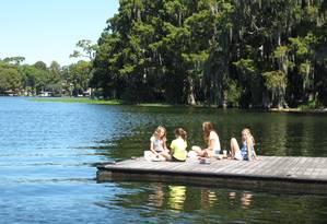 Meninas brincam píer no Lago Osceola, em Winter Park Foto: Eduardo Maia / O Globo