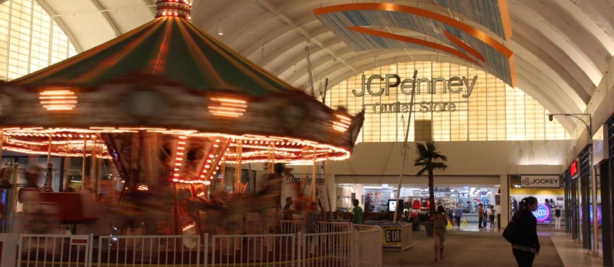 Até carrossel tem, dentro de um dos maiores shoppings da Flórida Foto: Bruno Agostini / O Globo