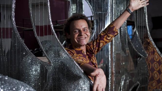 Matheus Nachtergaele já caracterizado como Joãosinho no set de 'Trinta' que está previsto para estrear no próximo carnaval Foto: Paula Giolito / Agência O GLOBO